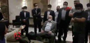نشستن عیسی کلانتری در مقابل داغدیدگان اتوبوس خبرنگاران